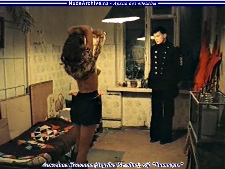 anzhelika-nevolina-nyu-blondinki-s-goloy-kiskoy-foto